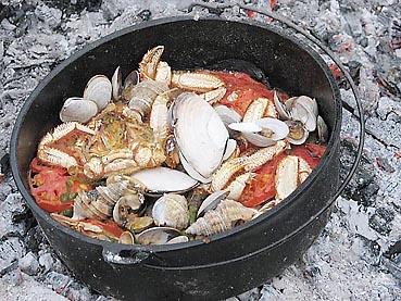ダッチオーブンで海鮮パエリア調理中3
