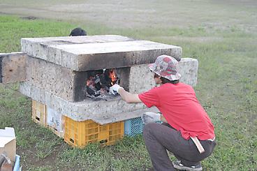 石窯の中で火をおこす