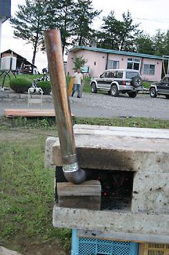 石窯に煙突をつけて燃焼効率を上げる
