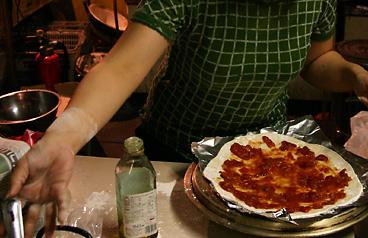 ピザ生地にソースをぬる