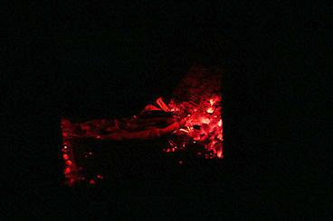 石窯の中でピザを焼く