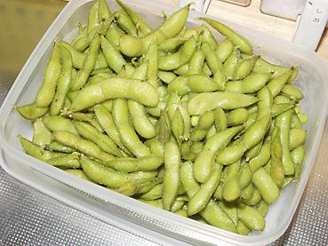 有機無農薬栽培の枝豆を茹でて冷凍保存します。