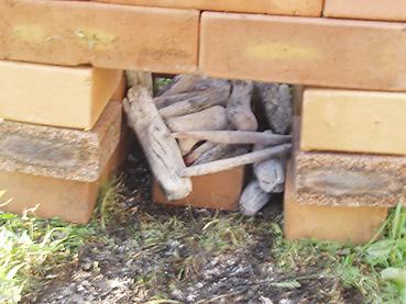 煉瓦のスモーカーに備長炭を入れる