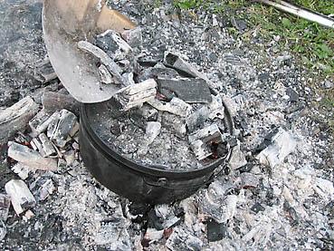 ダッチオーブンに熾き火と炭をのせる