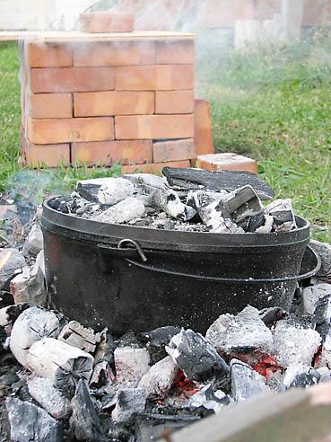 ダッチオーブンに熾き火と炭をのせ焼く