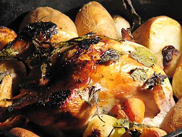 ダッチオーブンで鶏の丸焼き完成!