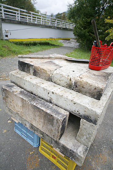 大谷石を使った移動式石窯を組み立て