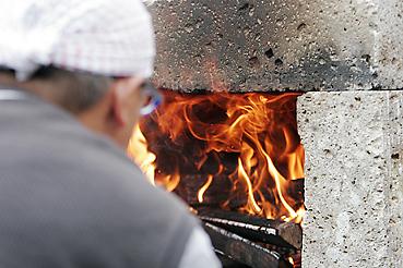 大谷石を使った移動式石窯に火を入れる