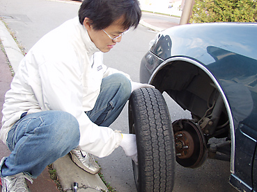 スタッドレスタイヤに交換 タイヤをはずす