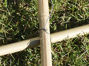 竹を針金で縛る