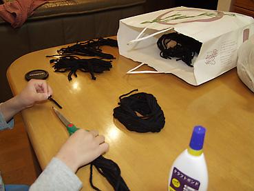 毛糸を切って髪の毛の用意