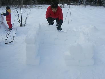 雪のブロックを積上げる