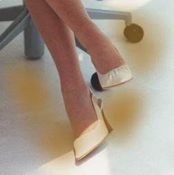女性も足の臭いで悩んでいます。