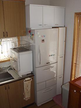 冷蔵庫の上にも収納庫