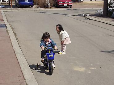 自転車に乗って遊ぶ子どもたち