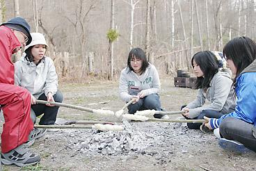 焚き火パンを焼く