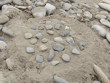川原で原始人の石窯作りの手順