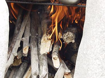 石窯に火をつける