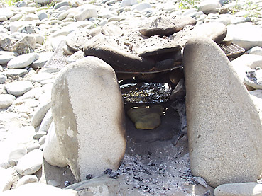 ナンを石窯で焼く