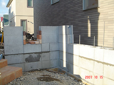 オシャレなガーデンウォール製作 工程2~コンクリートブロックを積上げる